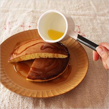 こちらは溶かしバターを作るのに最適なツールです。小柄で見た目もかわいい琺瑯のお鍋。使う時には五徳の上に乗せずに手に持って使います。また、お菓子作り以外にソースやドレッシング作りなどマルチに使うことができますよ♪