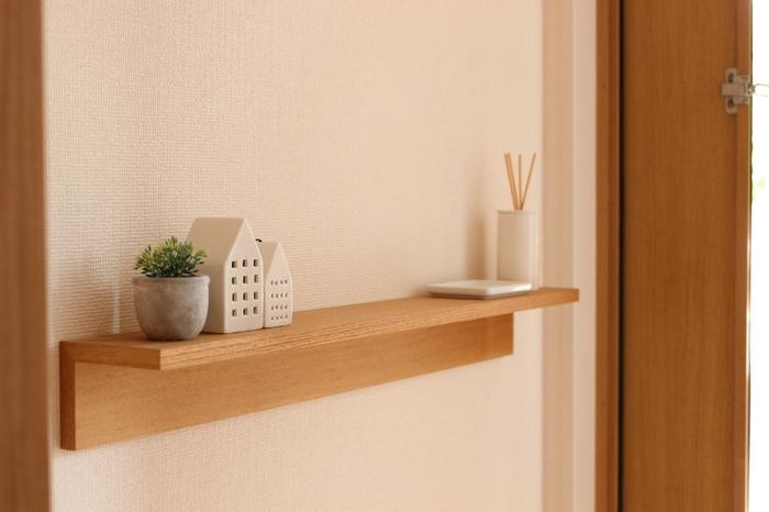 フレグランスを置きたい時に便利なのが《壁に付けられる家具・棚》です。奥行き12cmなので玄関が狭くてもこのアイテムを壁につければすぐに棚のできあがり。他にもお気に入りの小物なども置いて、家を訪ねてくるお客様のおもてなしをしましょう。