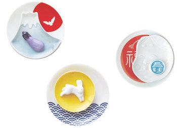 一富士二鷹三茄子などの日本のいわれをテーマにした箸置きと小皿のセットです。
