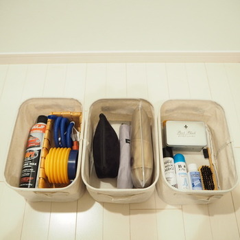 靴磨きセットや玄関掃除の道具など汚れやすい物を入れるのに便利です。目立ってしまいがちなスプレー缶なども、スッポリ収まる大きさなのが嬉しいですね。