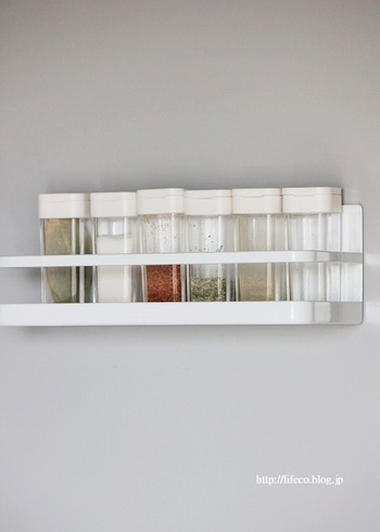 容器も揃えて『見せる収納』にすればたちまちおしゃれなキッチンに。冷蔵庫横など壁面収納なら掃除も手間取りませんよ。蓋の開け閉めに手間どらない、片手で使える容器を揃えておきましょう。
