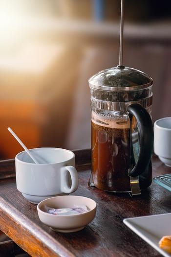 油分が出るため、ドリップコーヒーと⽐べると少し濁ったような色になりますが、実はこの油分こそが、それぞれのコーヒー豆の持つ繊細な香りや風味のもと。口に含めば、油分によるまろやかな舌触りとともにコーヒー豆の甘み、飲み込んだ後も味わいの余韻を楽しめます。ちなみに、飲みきったあとに微粉が残りますが、⾖の個性をしっかりと抽出できた証ですのでお気になさらずに◎