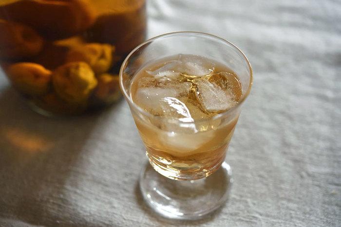 甘くて爽やかな香りが魅力の「梅酒」も、自宅で簡単に作ることができます。市販のものも美味しいですが、自分で手作りした梅酒なら味わいも格別。ホワイトリカーで漬けるのが基本ですが、焼酎やブランデーでも作ることができるそうです。以下のレシピでは、4種類のアルコールの比較も紹介されています。そちらもぜひ参考にしてくださいね。