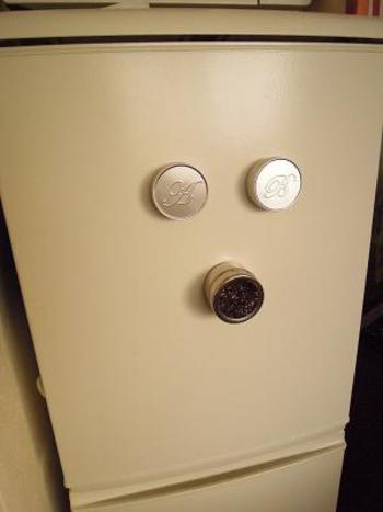 こちらは、マグネット付きスパイス容器。冷蔵庫にもピタッとくっつく便利アイテム。いつも使うスパイスやふりかけなどを何種類かくっつけておくのも、アクセサリーのようでちょっと可愛いのでは?