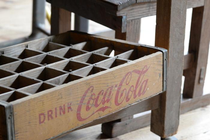 ヴィンテージのコーラ瓶用の木箱を使ったおしゃれなスパイスラックもいいアイデア!木箱を立てて置き、スパイスボトルを寝かせた状態で仕切られた枠にはめ込んで収納します。ラベルはキャップの部分に貼るとよく見えますね。色あせた感じや金具の錆のアンティーク感を楽しむもよし、明るくペイントしてポップな印象にするのも◎。