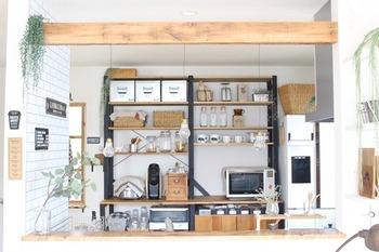 カスタマイズできるキッチン収納棚を取り付けて、そのなかに調味料スペースを確保するのもいいアイデアですね。散らかりがちなキッチンの細かなものを一気にまとめる収納棚があれば、すっきりと片付いたイメージになります。