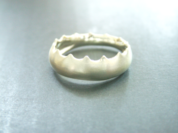 こちら、ゆるやかなカーヴを描く不思議な「ぎざぎざ」のリング。  どこかで見たことがあるような、ないような……。