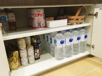 災害発生から3日間は人命救助が最優先となります。ですので最初の3日間から、支援物資が行き渡るとされる1週間までは自力で生き延びられるように準備しておきましょう。  水は1人につき飲料水が1日3ℓ、その他に生活用水が必要です。湯船の水はためておき、揺れでこぼれないように普段から蓋をしておきましょう。  東日本大震災では9割程度の水道が復旧するまでに24日かかったそうです。水を運ぶポリタンクも常備しましょう。