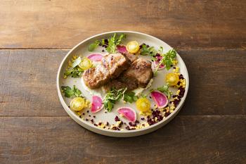 """看板メニューがこちら。ランチのコースのメイン、千葉県香取郡・在田農場の""""恋する豚""""を使った「肩ロース塩麹漬け厚切りポークジンジャー」は、女子力アップしそうな可愛らしい盛り付けが印象的。自社で開発した発酵飼料で育てた豚肉は、口あたりがなめらかでくさみが少なく、脂のほのかな甘みが特徴です。"""