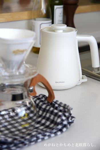 何かと使う機会が多いお湯は、ケトルで沸かすと時間がかかります。電気ケトルは1分でも無駄にしたくない忙しいママやパパの味方に。バルミューダのようなスタイリッシュなデザインならキッチンに出しておいても良いですね。