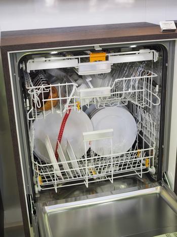 やっと食事が終わったと思ったら山のような洗い物が…。食洗機を導入して休息する時間も確保しましょう。