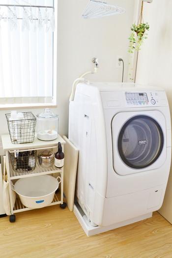 塩素系漂白剤や酵素系漂白剤、予洗い用の石鹸やおしゃれ着洗い用の洗剤など、汚れや生地によって使い分けたほうが良いでしょう。すべてを1つの洗剤でまかなうより素早く落とせます。袖口や襟汚れはバケツを出して予洗いするより、塗るだけでOKなアイテムを選ぶほうが手軽です。