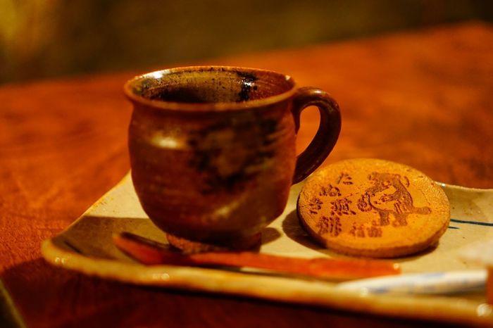 信楽のコーヒーカップで、美味しいコーヒーがいただけます。お煎餅はサービスみたいですよ。「黒炭ロールケーキ」や「山田牧場特性バウムクーヘン」もご一緒にいかがでしょう。