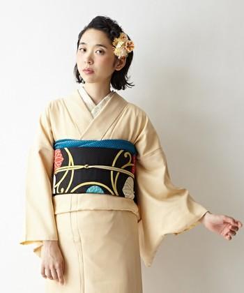 着物を綺麗に着る時のポイントとして重要なのが、帯の下に出てくる「おはしょり」です。おはしょりとは、着物の長い部分をたたんで綺麗に折り止めた部分、帯の下から見える畳まれた部分のことを指します。