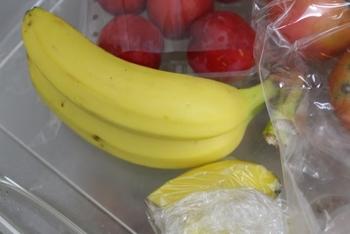 粉チーズは本来、常温保存が一番理想的なのですが、開封後は冷蔵庫に入れておきたいですよね。そんな時は、あまり冷え過ぎない「野菜室」に入れるのがおすすめ。また、湿気を含んで固まってしまっている場合は、しばらく常温に置くと元に戻るそうですよ。