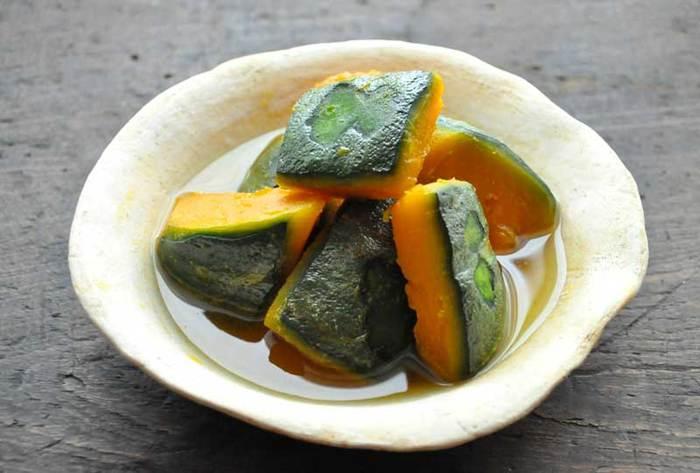 冬至に「かぼちゃ」を食べるようになったのは、江戸時代頃からだと言われています。この時期のかぼちゃは健康に良いと言われ、冬の栄養源として食べる習慣が広まったそうですまた、冬至には「ん」のつく食品を食べると縁起が良いとされており、こうした言い伝えから、かぼちゃ=「南瓜(なんきん)」を食べる習慣が生まれたとも言われています。なんきん(かぼちゃ)をはじめ、にんじん・ぎんなん・れんこん・かんてん・きんかん・うんどん(うどん)の7種類の食品は「冬至の七草」と呼ばれ、どれも「ん」が2つつく縁起の良い食べ物とされています。