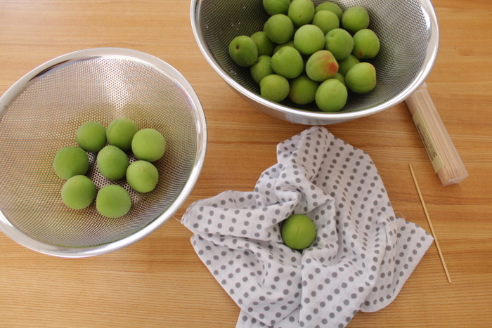 芒種は梅の実が熟して、黄色く色づくころ。そして「梅仕事」の季節です。昔から梅は健康に良い食べものと言われていますが、昔ながらの梅干しや梅酒をはじめ、最近ではシロップやジャムなどを手作りされる方も多いそうです。今年は旬の青梅を入手して、この時期ならではの手仕事を楽しんではいかがでしょう。