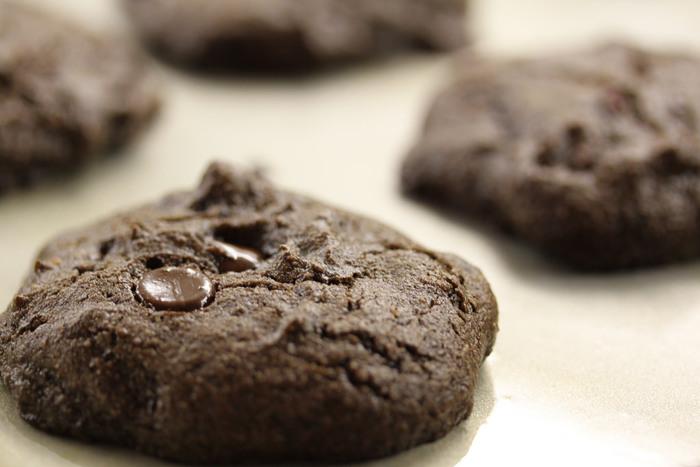 カカオに比べて脂質が少なく、甘みがあるので余分な甘味料を添加する必要も無いため、ダイエットにも使われています。