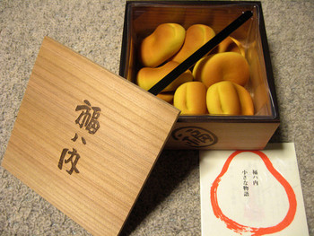 京都に本店をおく和菓子屋「鶴屋吉信」の節分菓「福八内(ふくはうち)」は、100年以上も愛されている和菓子なんだとか。福を呼ぶとされるお多福豆の形に作られたコロンとかわいらしい焼き菓子です。中には上品な甘さの白あんが入っており、この時期のお茶うけにもピッタリ。