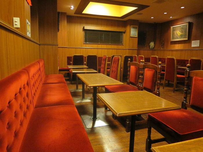 店内はクラシカルで品のある雰囲気。銀座の名店ならではの、歴史漂うレトロ感のある赤いソファーに座って美味しい洋食を頂きます。