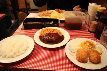 人気の「お好み盛り合わせセット」は、ハンバーグやエビフライ、カニクリームコロッケなど洋食を代表するような5品の中から、お好きな2品を選べます。それぞれが別のお皿で出てくるのでボリュームたっぷり!ご飯もお皿に盛られていて、洋食ならではの賑やかな食卓に、思わず笑顔がこぼれます。