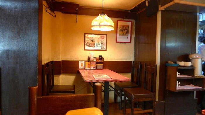 店内は、赤と白のチェックのテーブルクロスが敷かれており、街の洋食店らしいどこか懐かしさを感じる雰囲気です。