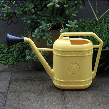 イタリア製のおしゃれなジョウロは、使わない時も飾っておきたくなるデザインが魅力。お日様のような明るいイエローは、お庭に明るさをもたらしてくれそう。黒い注ぎ口は外せる2way仕様も嬉しいポイントです。