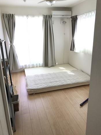 寝室には遮光性のあるカーテンをつけることが多いですが、あえて、朝日を取り入れるために風通しの良いカーテンをつけてみるのもおすすめです。(こちらは、カーテン変身前のお部屋)