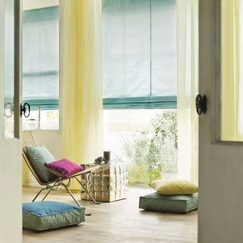 お部屋に季節感を取り入れる時にもカーテンは大活躍!クッションやソファーのファブリックと同系色でまとめると、お部屋全体に統一感が出で、スッキリとした印象に。