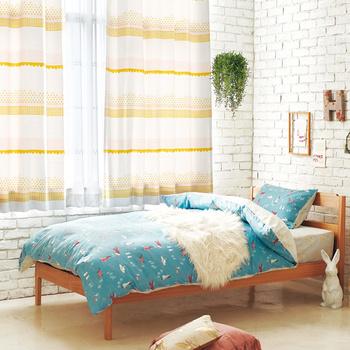 白いレンガ風の壁と同系色でまとめたカーテンがとてもお似合いなベットルーム。ナチュラルでとても可愛らしい雰囲気ですね。朝日を感じながら、気持ちよい朝がむかえられそう…