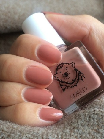少しくすみ感のあるピンクのワンカラー暖色ネイル。 シンプルなので、どんなテイストのファッションとも合わせやすそうです。