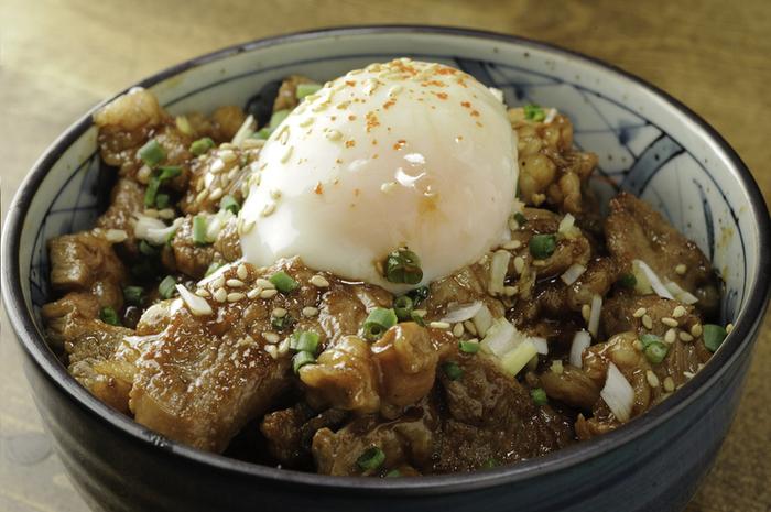 じっくり腰を据えて焼く時間はちょっと…というときは、名物メニュー「サフォーク丼」をどうぞ。オリジナルの味噌だれで和えたサフォークに温玉がとろ〜りと絡みます。