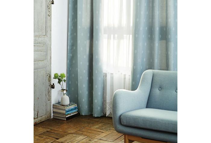 落ち着いたアンティークな雰囲気のカーテンは、甘すぎず、ぞれでいて女性らしいお部屋に!遮光機能を持つカーテンなら、守られている安心感があります。