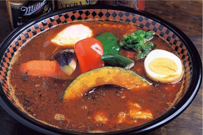 すっかり札幌グルメの定番となったスープカレー。お酒のあとの遅い時間でも本格的なスープカレーをいただけるのが、朝6時(日/祝は朝4時)まで営業している「龍祈」です。
