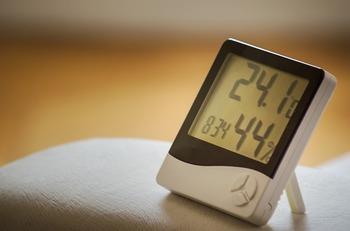 エアコンや加湿器などを上手に利用して、寝室は眠りに最適な湿度と温度を保ちましょう。冬は18~20℃、夏は26~28℃くらい、湿度は50~60%にすると良いそう。最適な温度と湿度は諸説あり、体感温度に個人差もあるので、目安の数字として考えてくださいね。  エアコンの風が直接体に当たらないように調節したり、また冷え過ぎ、温めすぎを防止するためにタイマーなどを使うなどして工夫して。