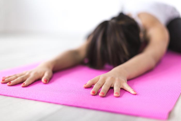 寝る前に軽いストレッチやヨガを行うことで、疲労が回復し、副交感神経が働き入眠しやすくなると言われています。また、ヨガの深い呼吸は自立神経を整える効果もあるとか。  ヨガを行うときは、部屋の照明を暗めにし、呼吸を意識するのが理想的です。