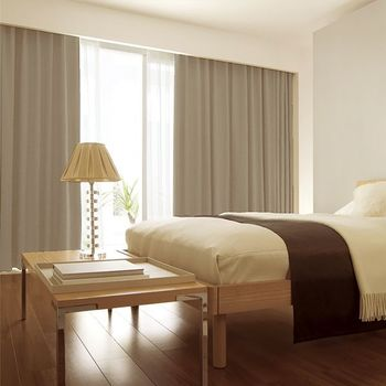リラックスでき、良質な睡眠がとれる場所を目指したい寝室には、遮光機能が付いたカーテンがおすすめ。外光をしっかりとカットしながら、外から気持ちよい風を取り入れることが出来ます。ゆっくりと体を休めるためにも、優しい色合い、風合いの素材を選んでみてはいかがでしょう。