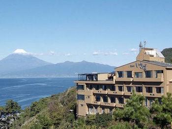 駿河湾を見下ろす高台に佇む「いさば」。晴れた日には、海と富士山の絶景を同時に楽しめるホテルです。