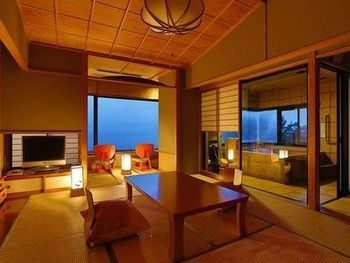 客室はモダンに整えられた空間。窓の外側に向けて椅子が配されるなど、駿河湾の美しさを体感してほしいという宿の想いが感じ取れます。夕暮れ時には黄金色の夕日の光も相まって、とても感動的な景色が楽しめます。