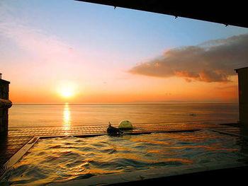 屋上には大浴場があり、そこから海を眺めると、まるで海に浮かんでいるような感覚になれます。このような夕日を目の当たりにしたら、心の底から癒されそう。