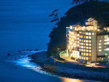 伊豆半島の東海岸側に位置する稲取温泉。なかでもおすすめは、伊豆稲取駅から徒歩で約20分ほどのところにある、創業昭和41年の旅館「浜の湯」。
