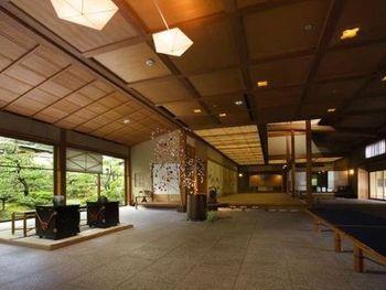 岩崎家の別邸を継承した本館、または、昭和を代表する建築家・村野藤吾設計による新館にお泊りいただけます。こちらは新館のロビー。数奇屋造りの中で、モダンなエッセンスが美しく融合しています。