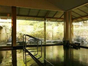 庭園の散策のあとには、露天風呂でゆっくり疲れを癒してはいかがでしょう。客室にある内風呂も源泉かけ流しを楽しめます。