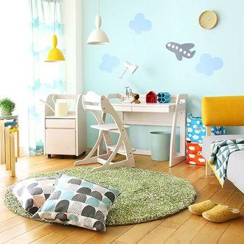 遊び心を取り入れて楽しみたい子供部屋は、個性的な色、柄のカーテンで明るい雰囲気に仕上げてみてはいかがでしょうか。UVカット機能の付いたレースカーテンも一緒に取り付けることで、お子さまを紫外線から守ることができ、より安心感がありますね。