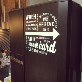 冷蔵庫は大きな家電なので、リメイクはそれなりに大変です。シートを貼ろうとしてヨレてしまったり、ペイントがむらになってしまったり。キッチン全体の雰囲気を決めてしまうくらいのインパクトがあるので、時間をかけて準備をしてから取り掛かるのがオススメです。