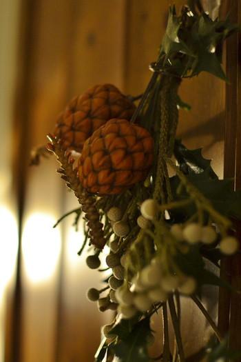 クリスマスっぽくならないようシンプルなナチュラルスワッグに仕上げると、年中飾っておけそうです。形良く整えたら、ラフィアや麻ひもなどでクルクルと束ねましょう。玄関に飾ったり、節分の小物といっしょにディスプレイを楽しんでみてくださいね。