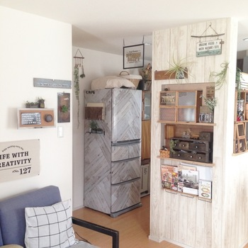 キッチンで一番大きくて目立つのは冷蔵庫。そのためか、シンプルな色とデザインで、あまり個性がありません。せっかくこんなに大きなキャンバスなのですから、自分仕様にデザインしてみませんか。