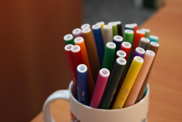 カリグラフィーに初めて挑戦する方には、カリグラフィー専用のマーカーペンもおすすめです。手軽に使えてカラーバリエーションも豊富なので、マーカーペンから始める方も多いそうです。専用のペンorマーカーペン、どちらから始めるかは、使いやすさや予算に合わせて選んでみてはいかがでしょう?