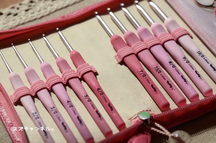 1.作り目を鎖編みで23目作り(サイズを変える時は作り目を奇数目で作る)、立ち上がりにもう1目鎖編みを編む 2.裏山を1つ飛ばし細編みを編んだら次の目を鎖編みにする 3.2を最後の目まで繰り返す(奇数段の編み方) 4.鎖編み1度で立ち上がり、編地を返し前の段で最後に編んだ細編みの頭に細編みを編む 5.細編みと細編みの間に細編みを1つ編み、次に鎖編みし、隙間に細編みを1つ編む(偶数段の編み方) 6.最後の細編みの頭にもう一度細編みを編む 7.4玉目で色を変えて編んでいく 8.糸端で両端を閉じてスヌードの形にして完成
