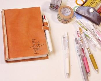 お気に入りの文房具が見つかったら、手帳と一緒に持ち運んで好きな時にアイデアや予定を書き込みたいですね。どこかに忘れてくる事もなく使いたい時にサッと取り出せる便利なアイテムをご紹介します。持ち運びも遊び心のあるアイテムで手帳ライフを楽しみましょう。